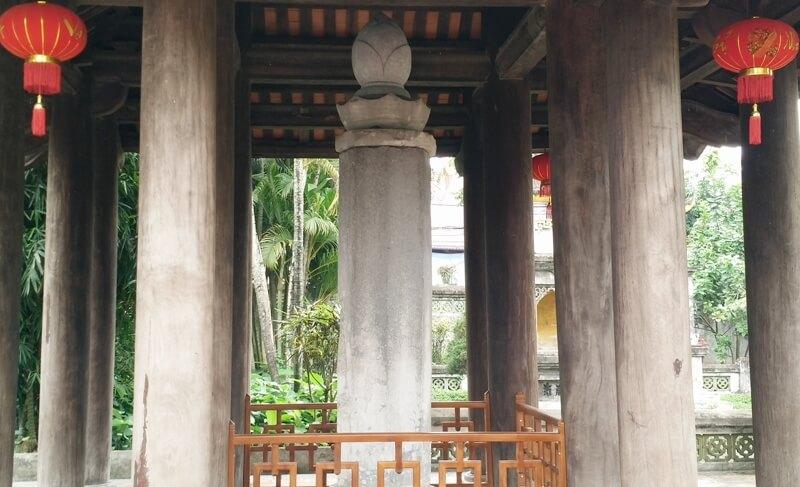Trước sân chùa Nhất Trụ, chếch về phía tây của chùa còn nguyên vẹn Cột kinh Phật