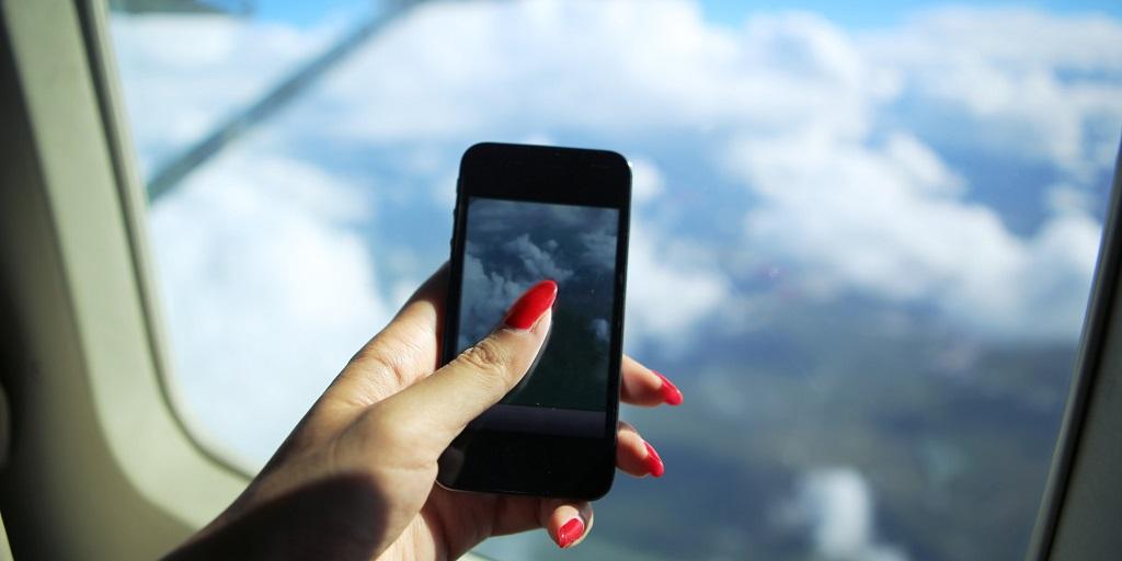 Dùng điện thoại khi đi máy bay