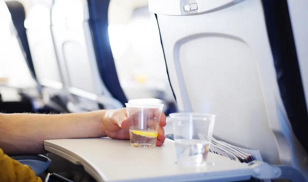 Uống nước đá khi đi máy bay