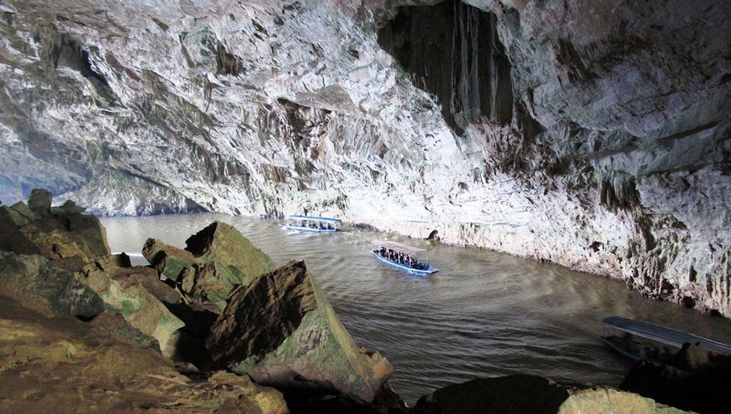 Động Puông hồ Ba Bể