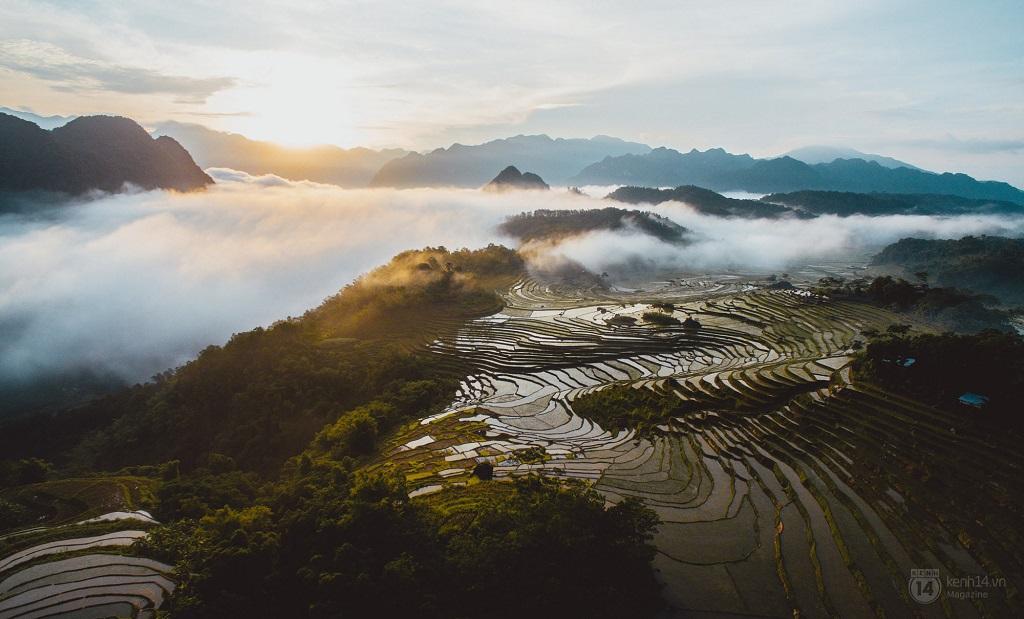 Ngắm cảnh trên đỉnh Pù Luông
