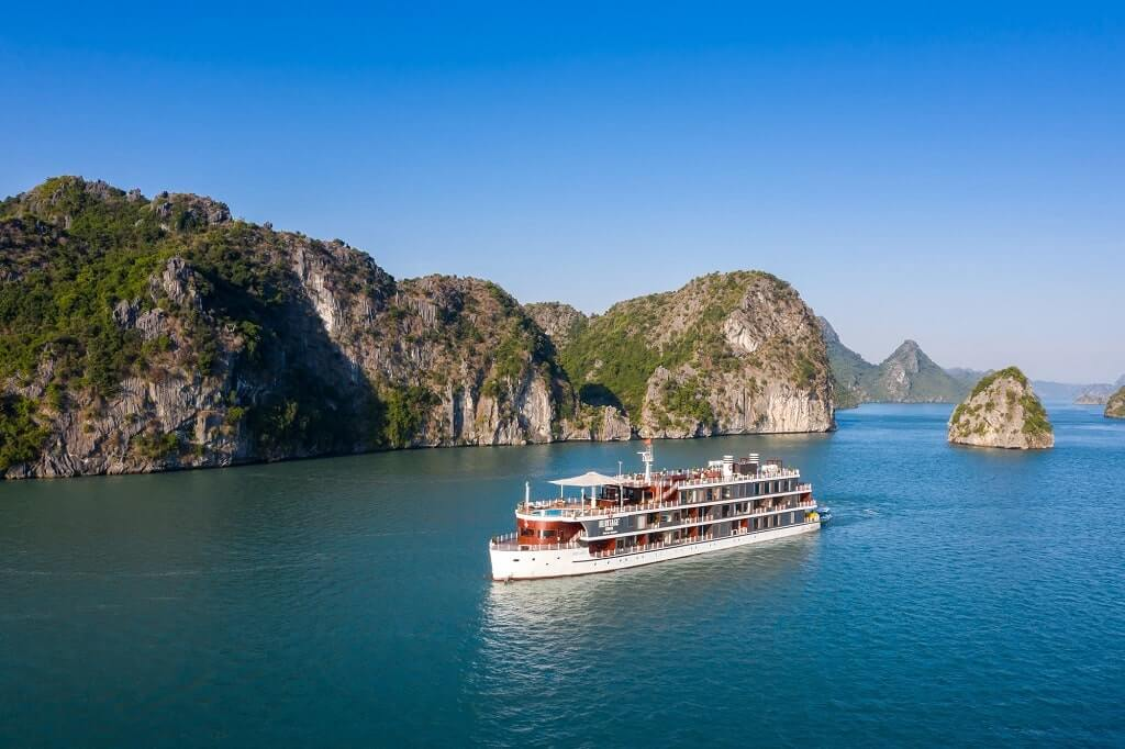 Đi thuyền ngắm cảnh trên vịnh