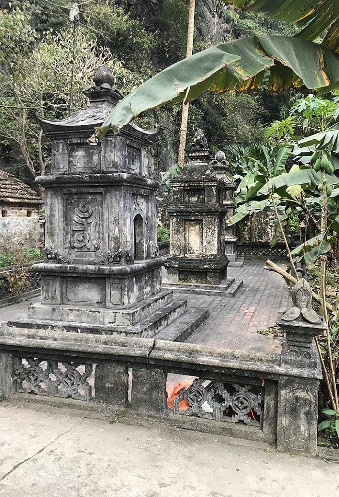 Vườn lăng lối vào chùa Hạ
