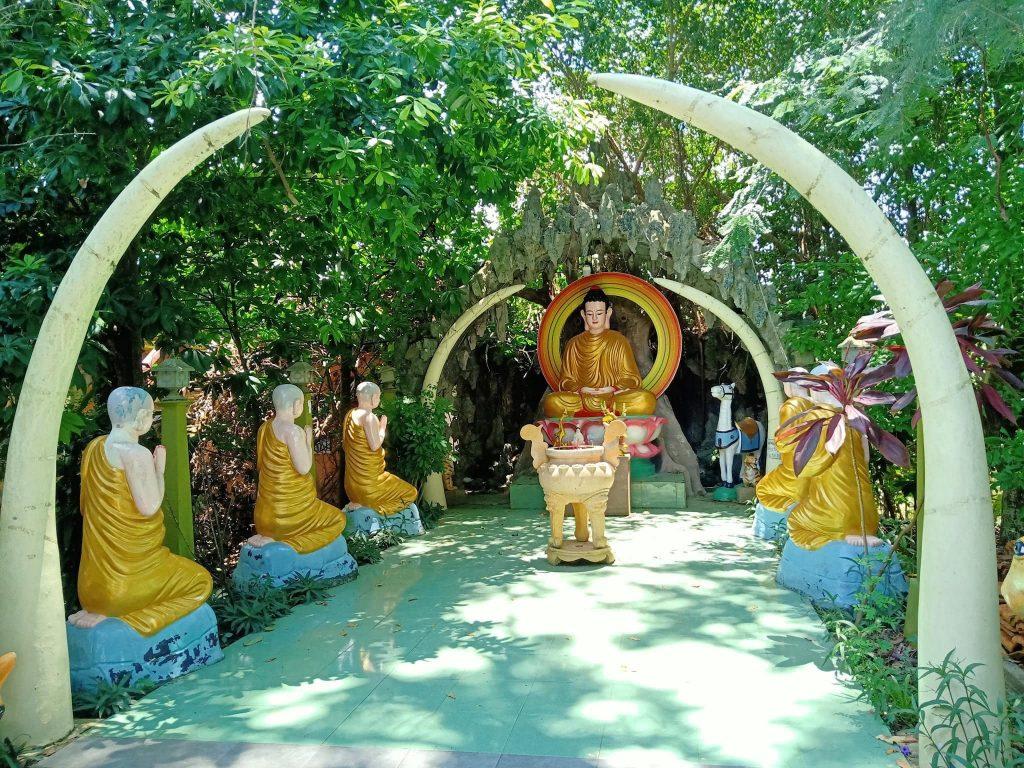 Tượng Phật trong vườn chùa