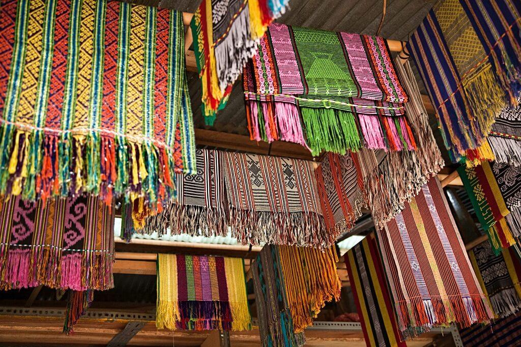 Chợ thủ công mỹ nghệ Tais